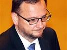 Expremi�r Petr Ne�as (ODS) p�i�el na jedn�n� Poslaneck� sn�movny s plnovousem.