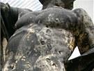 Detail střelami poničeného sousoší Géniů z průčelí budovy Národního muzea