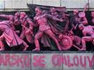 Během noci na středu nabarvil narůžovo neznámý umělec památník Rudé armády v
