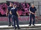 Bulharští policisté uzavřeli prostor kolem pomalovaného památníku Rudé armády.
