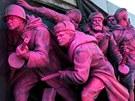 Nar�ovo zabarven� pam�tn�k Rud� arm�dy v bulharsk� Sofii (21. srpna 2013)