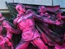 Narůžovo zabarvený památník Rudé armády v bulharské Sofii (21. srpna 2013)