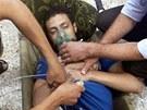 Snímek z 21. srpna 2013 ukazuje podle rebelů muže, který byl zasažen nervovým...