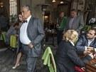 Předseda TOP 09 Karel Schwarzenberg přichází na poslaneckou rozlučku, následuje