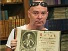 Historik a kastelán kunínského zámku Jaroslav Zezulčík ukazuje vzácnou knihu