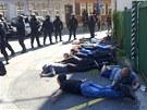 Prvních jedenáct zadržených radikálů při bojích s policií v Ostravě-Přívozu....