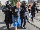 Policie zadržela v Ostravě zhruba šedesát radikálů. (24. srpna 2013)
