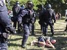 Policisté zadrželi 62 lidí, obvinili zatím tři. (24. srpna 2013)