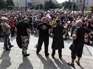 Pohled na protiromskou demonstraci na Proke�ov� n�m�st�. (24. srpna 2013)