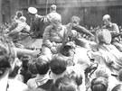 Okupace Brna 1968: Lidé u hlavního nádraží obestoupili tanky