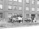 Okupace Brna 1968: Lidé pozorující sovětské tanky