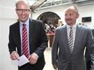 Bohuslav Sobotka a Michal Ha�ek z �SSD ve Sn�movn�. Na tv��i maj� �sm�v. V�d�,