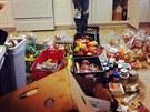 Odlo�ené potraviny vybrané z popelnic pak s p�áteli p�eberou, pe�liv� o�istí,...
