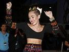 Miley Cyrusová na červeném koberci zatancovala.