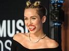 Cyrusová už se prý nemůže dočkat, až jí vlasy narostou. Zatím je češe do malých...