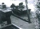 Okupantsk� tanky dorazily ke kas�rn�m v Hole�ov�, dovnit� je v�ak v�sadk��i...
