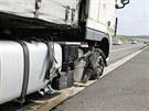 Při jízdě se kamionu roztrhla pneumatika a následný náraz do svodidel odnesla...