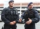 Zl�n�t� policist�  Luk� Pol�k (vlevo) a Miroslav Urban popisuj�, jak pomohli...