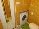 """Pračka se vešla do výklenku, který """"vybíhá"""" do skříně v předsíni."""