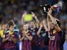 Xavi pozvedl nad hlavu �pan�lsk� Superpoh�r, kter� jeho Barcelona z�skala po...