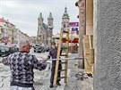 Na Velkém náměstí v Hradci Králové se chystají kulisy k natáčení filmu o...
