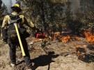 Hasiči bojují s rozsáhlým požárem lesa poblíž Yosemitského národního parku v...