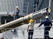 Nakládání střely Tomahawk do ponorky na Guamu, prosinec 2012