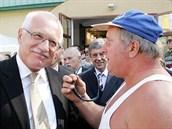 Prezident Václav Klaus se na Zemi živitelce v roce 2005 rád zastavil s jedním...
