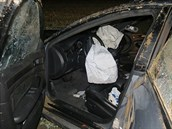 Audi shořelo po honičce na dálnici D11. (20. 8. 2013)