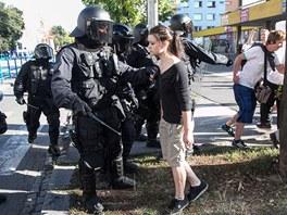 Demonstrace i následných nepokojů se zúčastnilo i mnoho dívek. (24. srpna 2013)