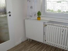 Do kuchyně si majitelka vymyslela skládací stolek pro příležtostné stolování.