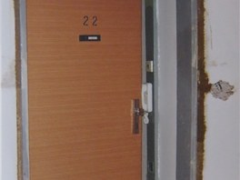 Průběh rekonstrukce - součástí byla i výměna vstupních dveří.