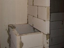 Koupelnová zeď s výklenkem pro pračku