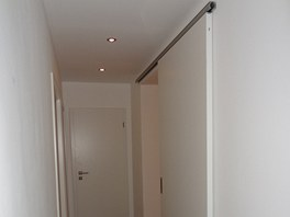 Původní dveře v obývacím pokoji nechali majitelé vybourat a otvor do výšky