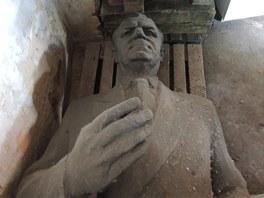 Bronzov� socha komunistick�ho st�tn�ka Klementa Gottwalda st�la naproti s�dlu