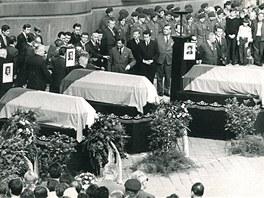 Snímek z pohřbu tří obětí střelby sovětských vojáků v Prostějově, který se