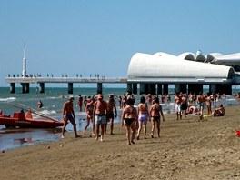 Největší městská diskotéka zabíhá  z pláže daleko do moře.