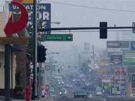 Kouř z velkého požáru, který sužuje část Kalifornie, zahalil ulice Rena.