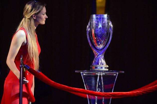 Trofej pro vítěze Superpoháru byla ve čtvrtek vystavena v Obecním domě v Praze