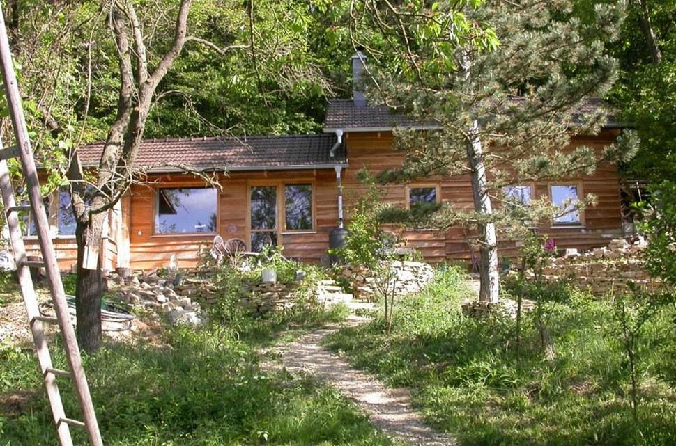 Přírodní domek ze dřeva a ovčí vlny
