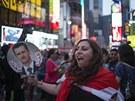 Několik stovek lidí halasně demonstrovalo na známé newyorské křižovatce Times