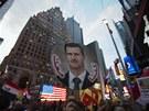 Několik stovek lidí halasně demonstrovalo na známé newyorské křižovatce Times Square proti případné americké intervenci v Sýrii. (30. srpna 2013)