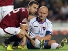 POMŮŽU TI. Josef Hušbauer (vlevo) pomáhá zpátky na nohy Martinu Lukešovi -...