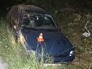 Automobil řízený notně opilým neřidičem skončil mimo silnici. (29. srpna 2013)