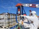 Ministerská delegace ve Fukušimě si prohlíží místa, kde se budují ochranné...