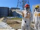 Obrázek z návštěvy japonského ministra průmyslu u nádrží ve Fukušimě I v...