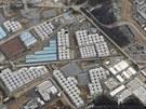Pohled na areál Fukušimy s viditelným množstvím nádrží na radioaktivní vodu