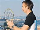 Badmintonista a �esk� vlajkono� na lond�nsk� olympi�d� Petr Koukal pozorn�...