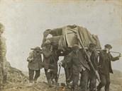 Krkonošští nosiči nesou na vrchol Sněžky klavír, mezi nimi Robert Helmut.