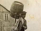 Robert Hofer, otec Helmuta, běžně nosil na Sněžku sudy s pivem vážící 100...